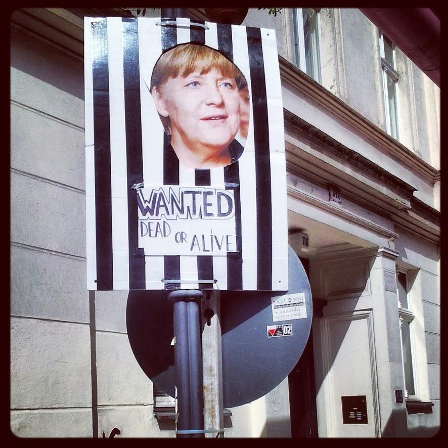 Frau Merkel in Streifen - DIY-Adbusting in Mitte